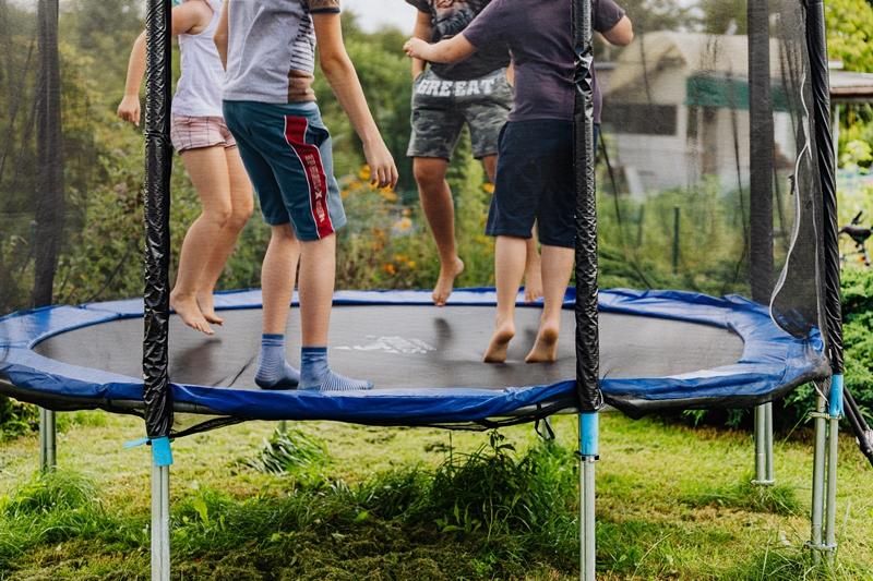 spaß auf dem trampolin im garten kinder