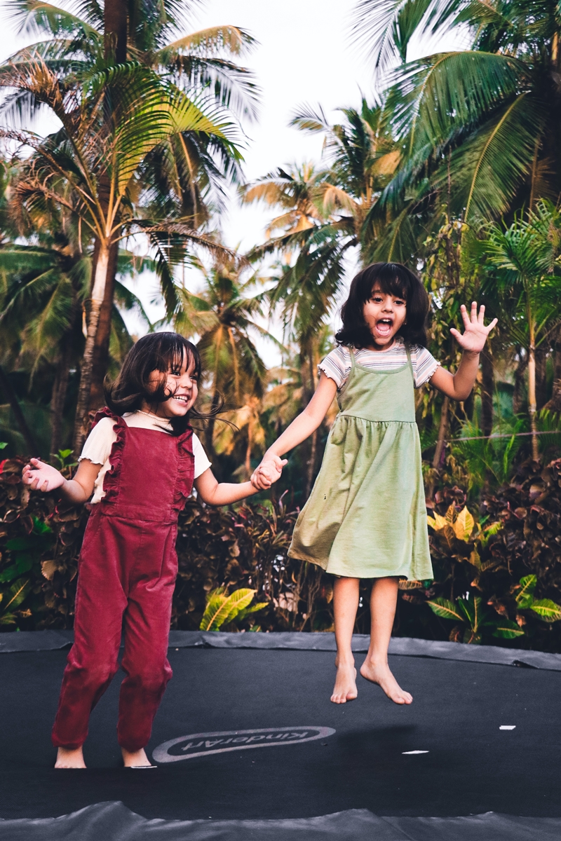 spaß auf dem trampolin zwei kleine geschwister