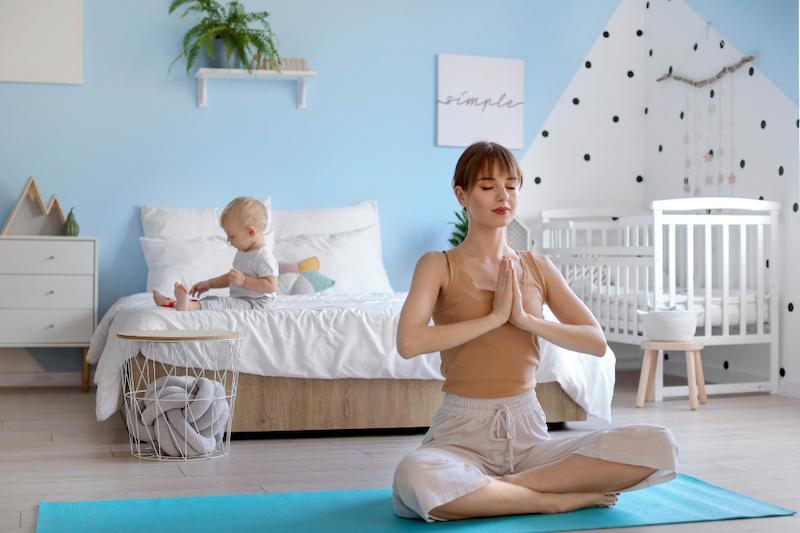 sport mit kindern yoga mit baby in blauem kinderzimmer zuhause