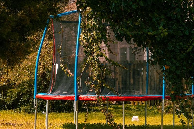 sportübung mit großem sprungbrett trampolin im freien