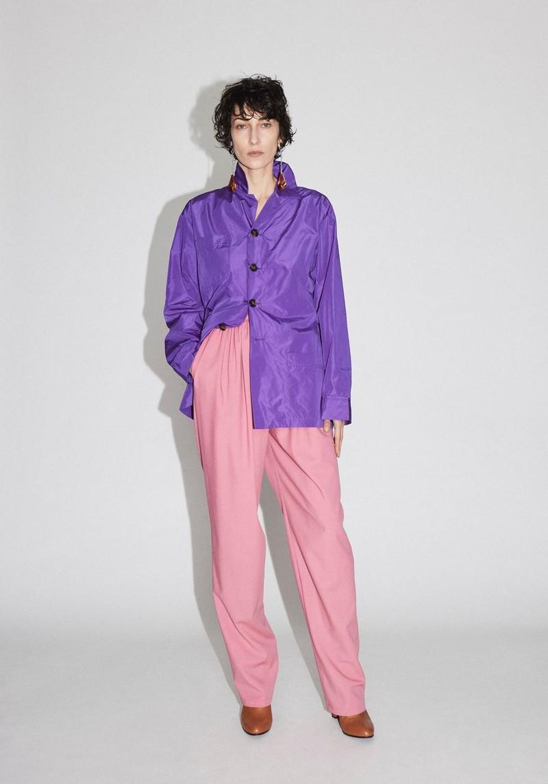 trendfarbe herbst winter 2021 2022 mode trendfarbe 2021 pink hose lila hemd