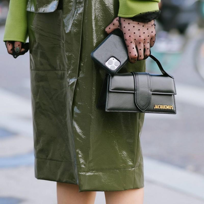 trendfarben 2021 herbst welche modefarben herbst 2021 kleine tasche aus leder schwarz
