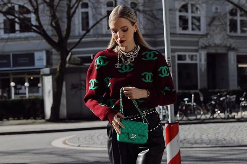 trendfarben 2021 herbst winter grüne tasche cloud tasche chanel frau in pulli rot grün