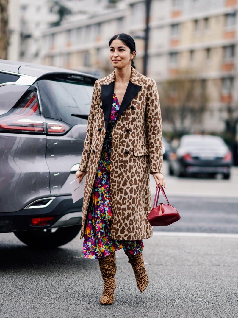 trendfarben für herbst winter 2021 was trägt man im herbst 2021 frau in animal prints leopardenmuster mantel