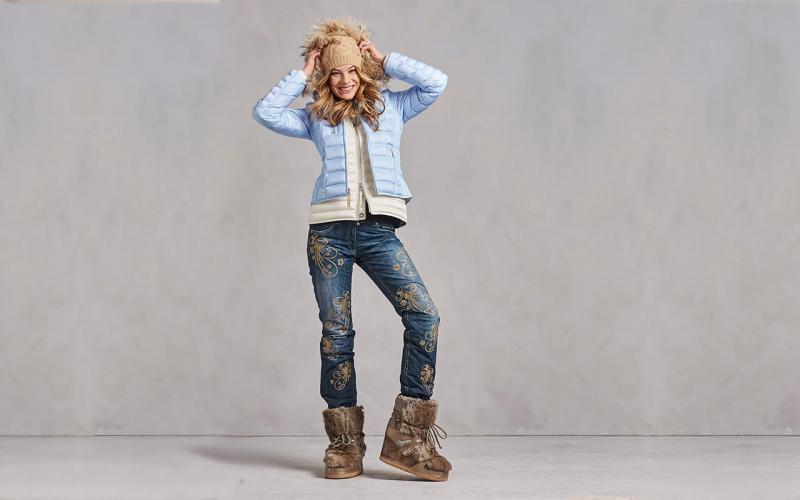 trendfarben für herbst winter 2021 was trägt man imwinter 2021 frau mit apres ski outfit hellblaue jacke und jeans