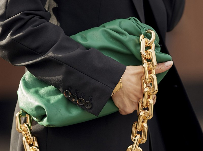 trendfarben herbst 2021 mode taschentrends 2021 herbst winter grüne clutch tasche mit metallkette