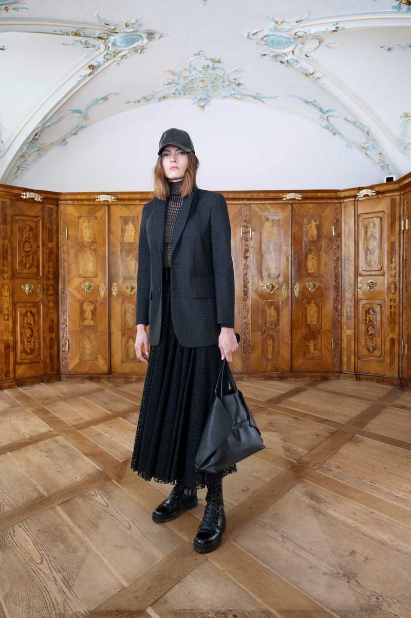 trendfarben herbst winter 2021 mode was sind die trendfarben in 2021 frau mit stricktasche schwarzer outfit
