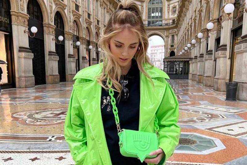 trendfarben herbst winter 2021 was sind die trendfarben für 2021 junge frau mit jacke und tasche in neon grün schwarze bluse
