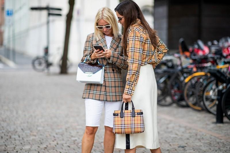 trendfarben herbst winter 2021 was trägt man im herbst 2021 frauen tartan blazers taschen