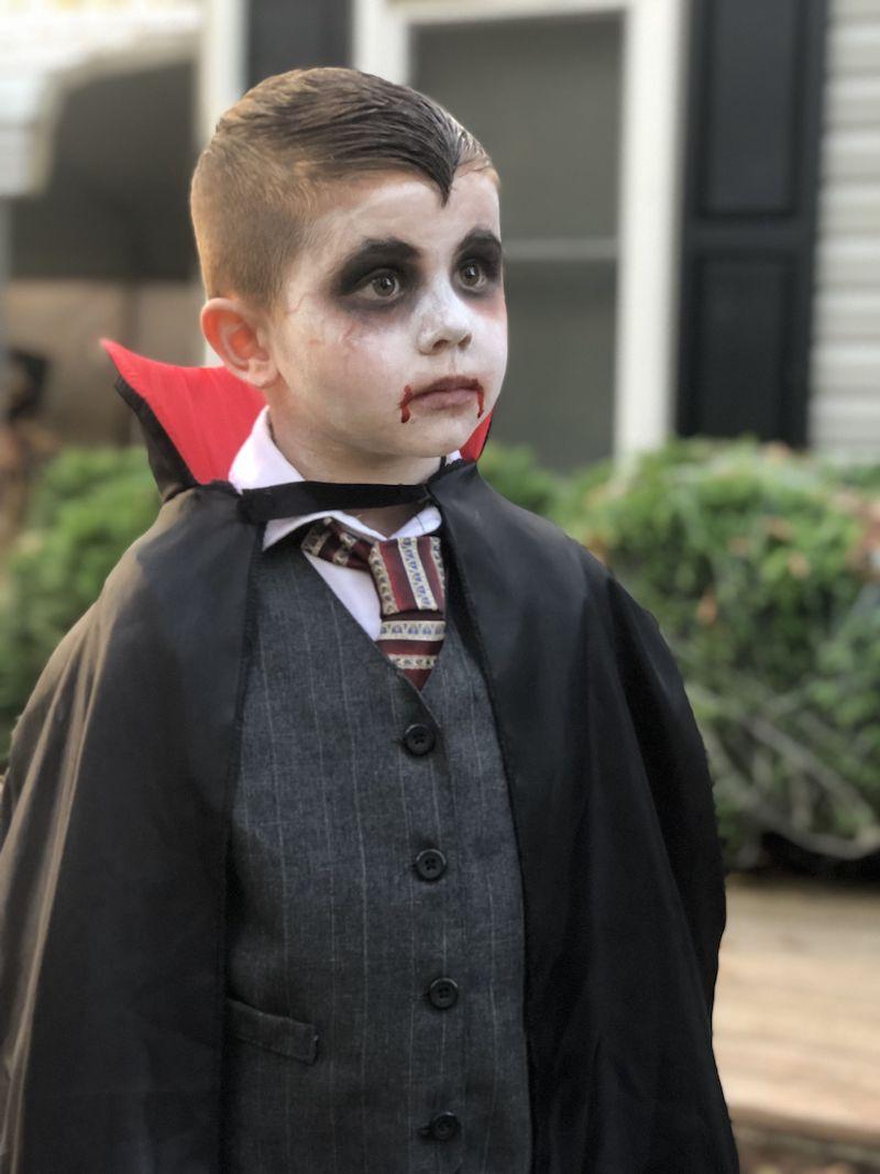 vampir kinder schminken junge mit kostüm und schminken