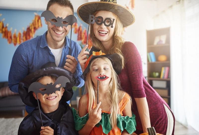 vampir kinder schminken maske die ganze familie feiert