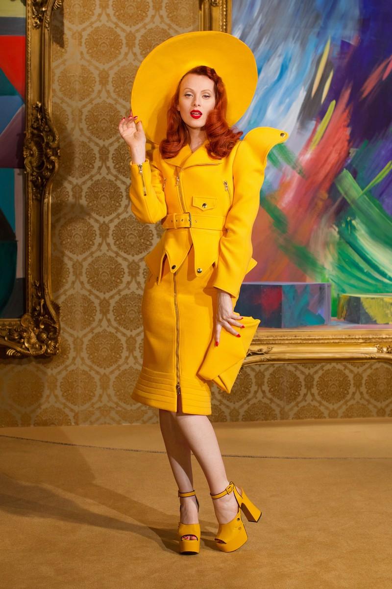 was ist im winter 2021 modern trendfarben 2021 mode frau in zitronengelb illuminating yellow