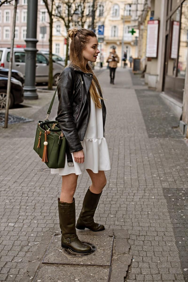was trägt man im herbst 2021 trendfarben 2021 mode messenger bag in dunkelgrün frau in weißem kleid lederjacke