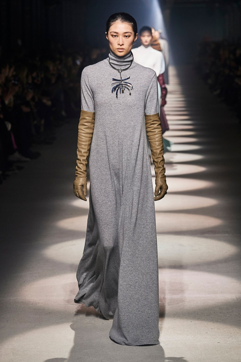 was wird 2021 modern trendfarben 2021 mode lederhandschuhe lang oliven graues kleid