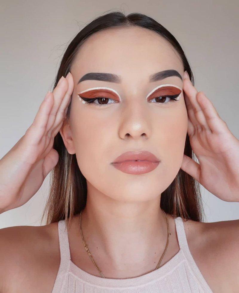 weißer eyeliner eyeliner hacks für anfänger frau mit braunen schatten und weißem eyeliner