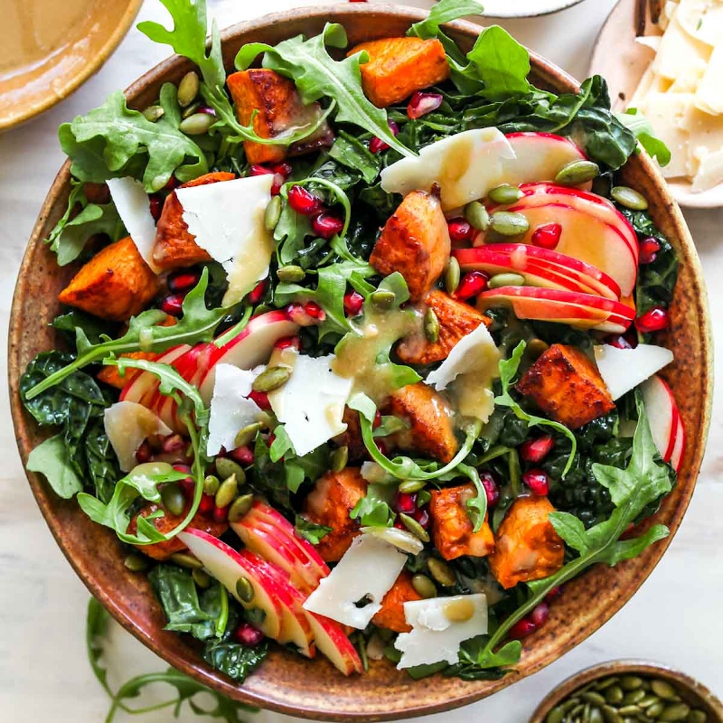 1 salat herbst grünsalat mit äpfeln und grantapfelkerne mittagessen zubereiten
