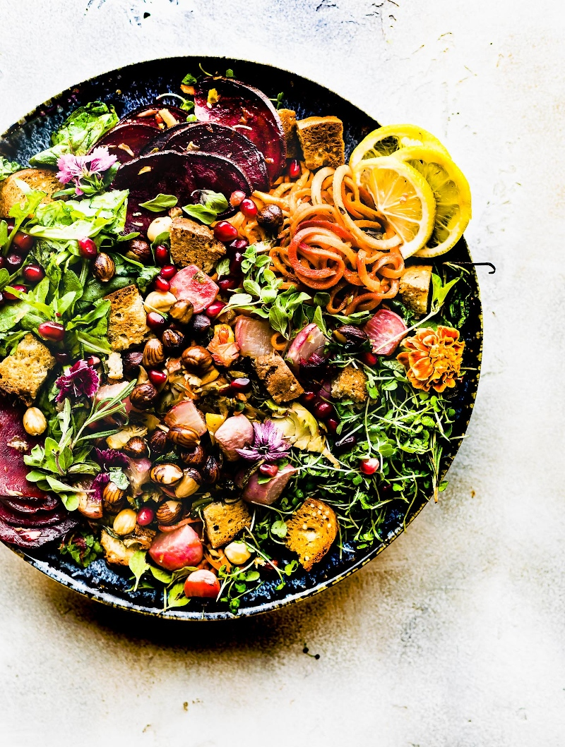 6 herbstsalat sorten bowl mit rote beete möhren und nüssen