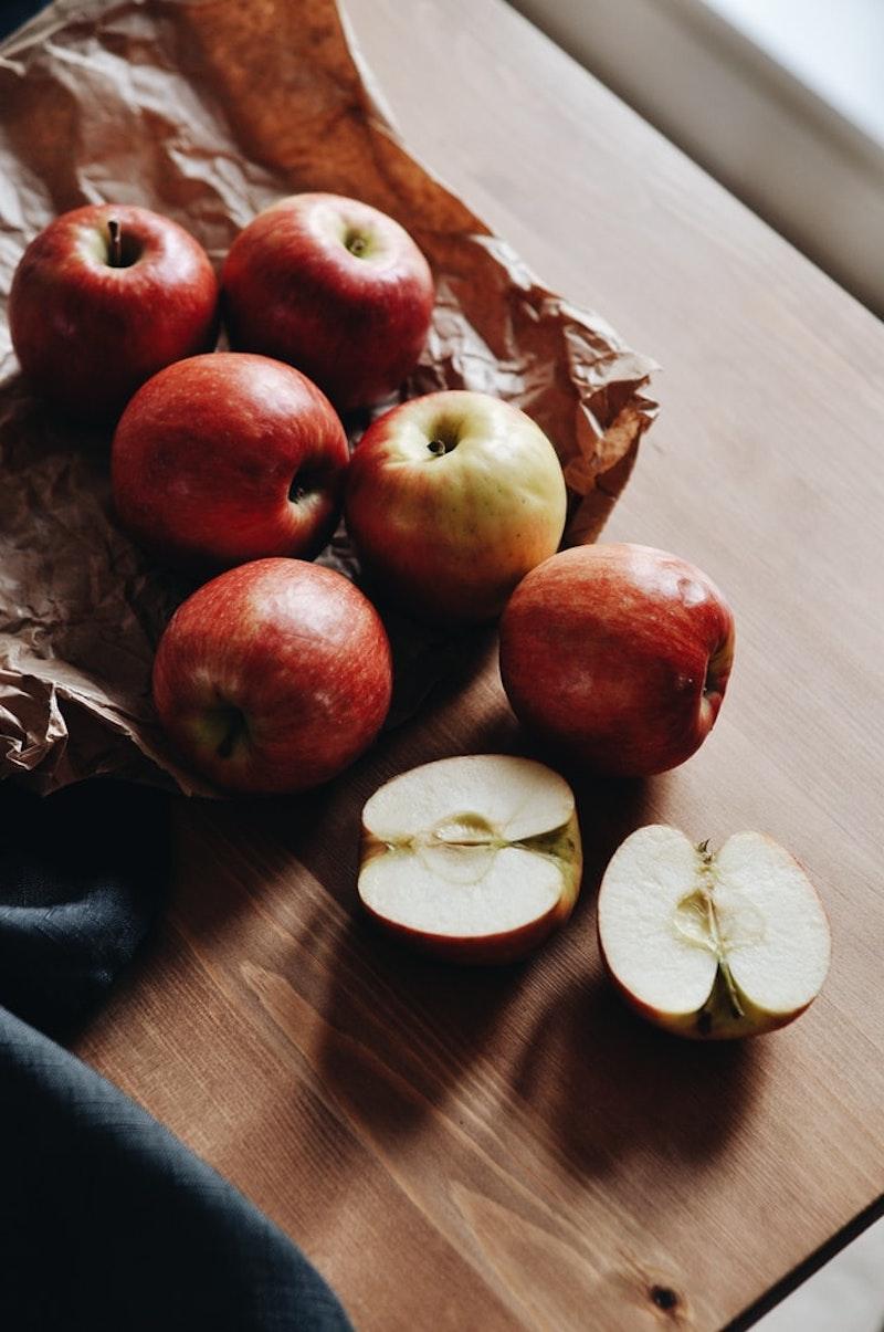 apfel quark bällchen rote äpfel auf dem holzbrett