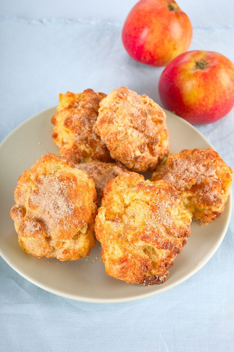 apfelbällchen mit quark gebackene apfelballen und zwei äpfel im hintergrund