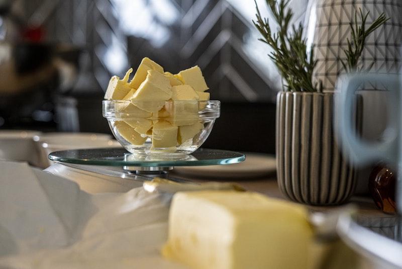 apfelballen vom blech butter in kleiner schüssel