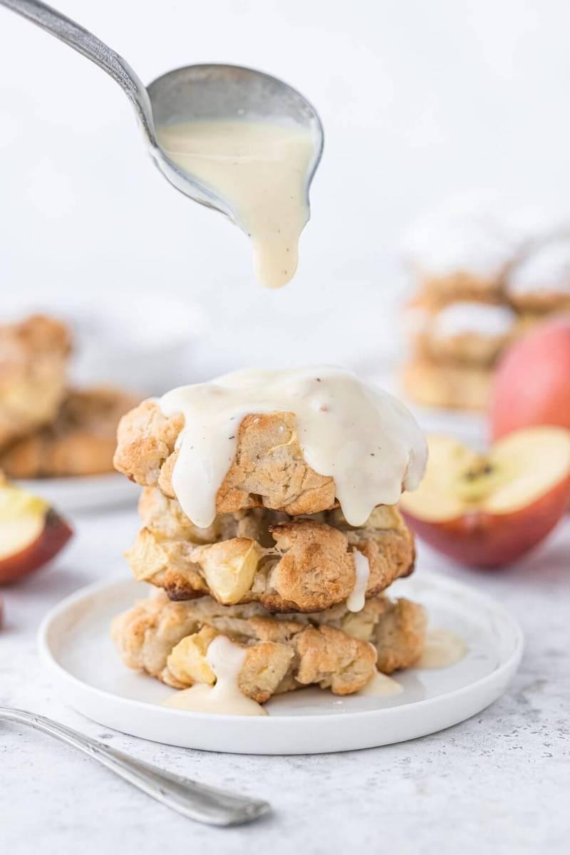apfelküchle mit geriebenen äpfeln mit sauce gießen