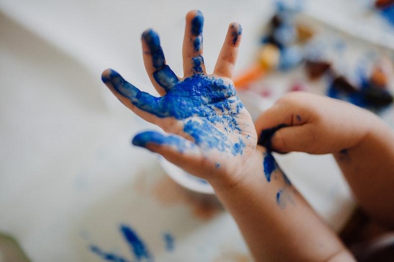 bastelideen für 1 2 jährige kindhand im blau