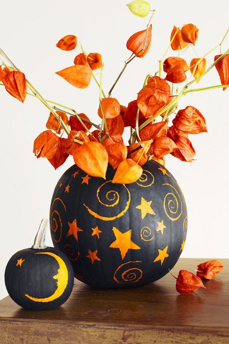 bastelideen herbst kinder basteln mit 2jährigen kindern kürbis als vase gebrauchen schwarz färben