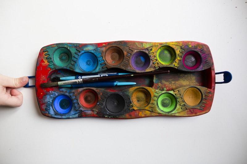 bastelideen kleinkinder wasserfarben palette kindhand und pinsel