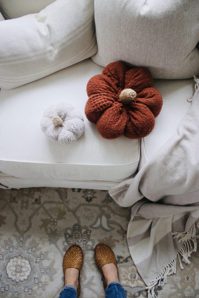 basteln mit kindern im herbst herbstdeko ideen bastelideen herbstdeko gefüllte kürbisse auf sofa