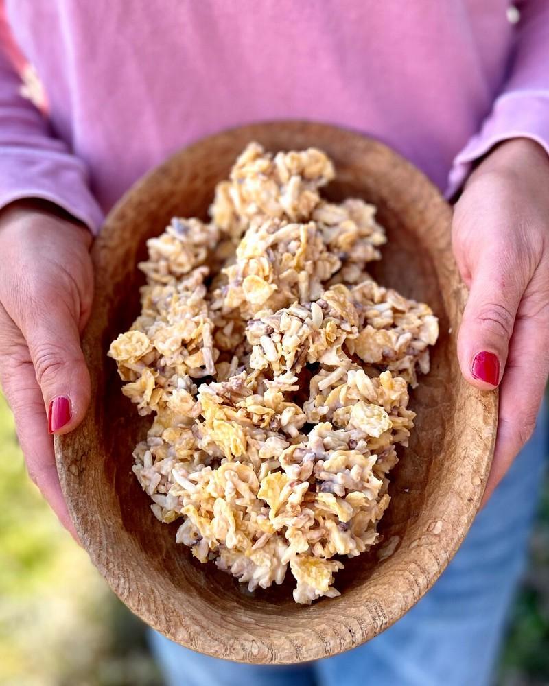 cornflakes schoko chops schoko crossies ohne mandeln frau hält ein teööer mit schoko crossies mischung
