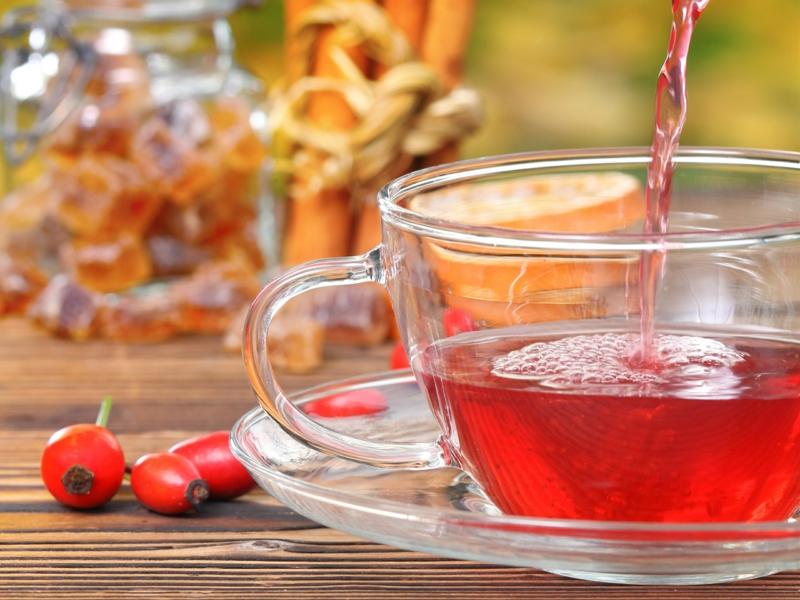 ein tisch aus holz hagebuttentee selber machen eine tasse mit tee