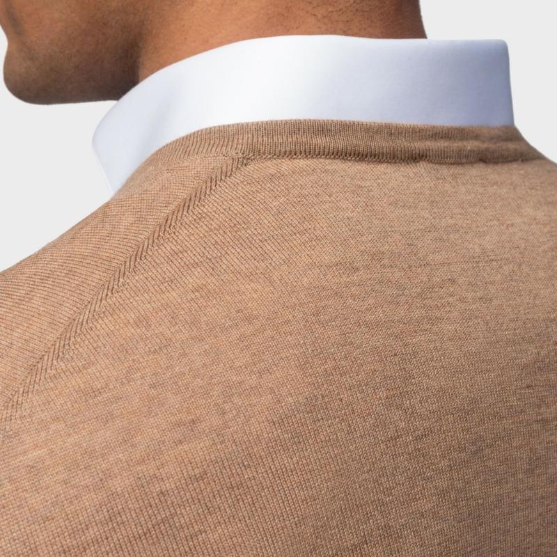 eleganter beiger herrenpullover mit weißem hemd