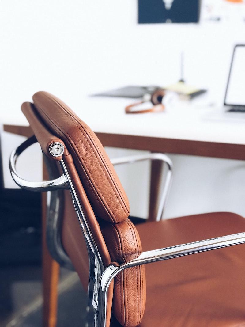 ergonomischer bürostuhl schreibtischstuhl welcher bürostuhl ist der richtige brauner lederstuhl schreibtisch