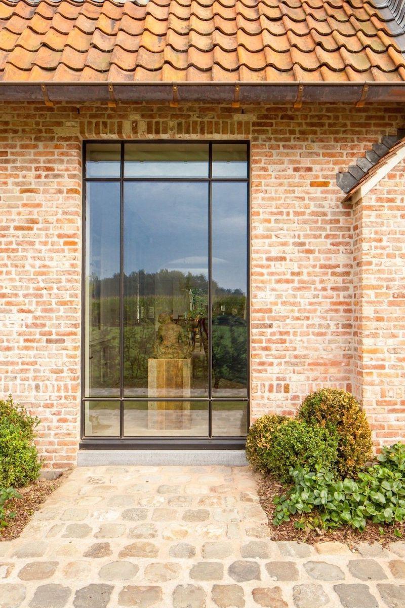 fassade mit hochdruckreiniger reinigen klinker backsteinhaus mit glasfenster