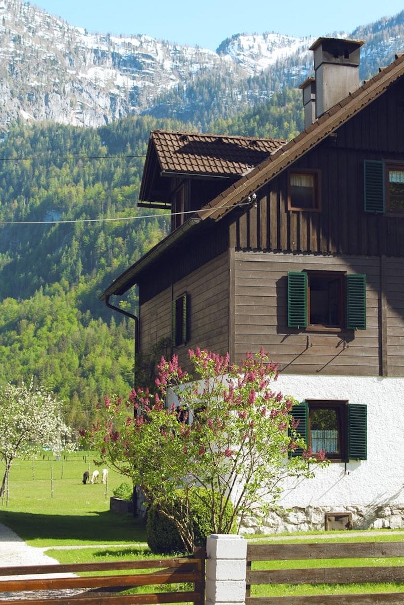 fassade streichen ohne reinigung weißer geschoss holzhaus in alpen