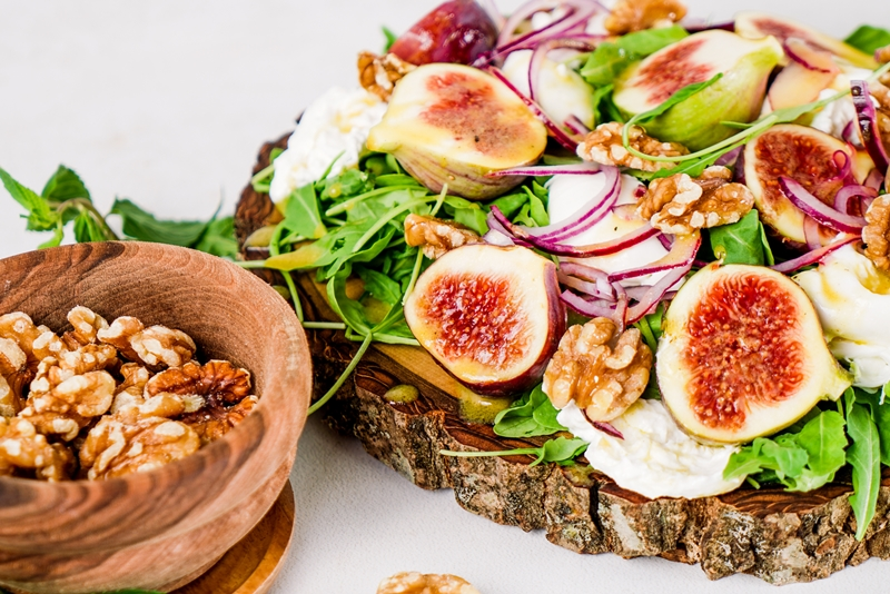 feigen rezepte schneller salatsommersalat mit rukola nüssen käse und feigen