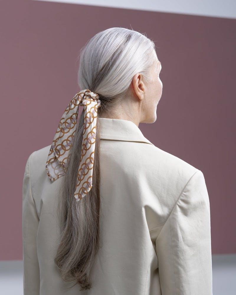 frauen mit langen haaren eine frau trägt haarschal