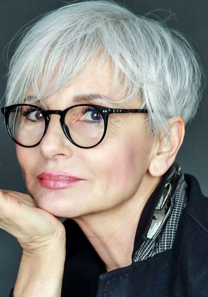 frisuren ab 60 mit brille 2020 stilvolle frau mit grauem haar