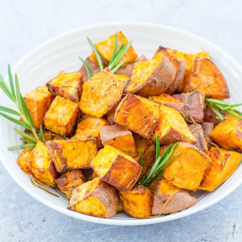 gerichte mit kartoffeln geschnittene gebackene kartoffeln mit kräutern