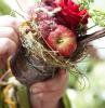 gestecke selber machen kleingesteck mit apfel und rose