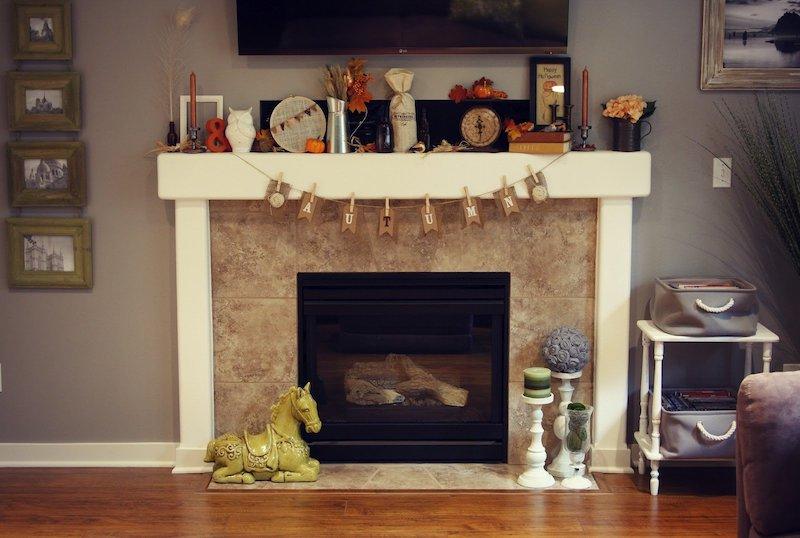 herbstdeko kürbis kerzen falscher kamin im wohnzimmer