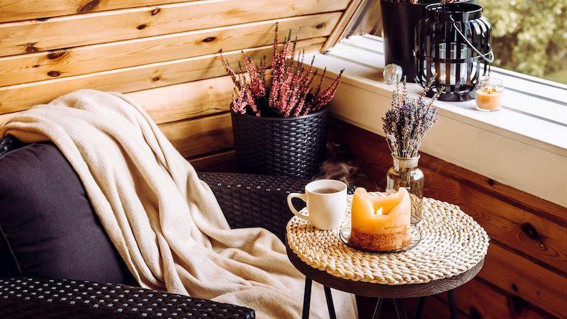 herbstdeko mit kerzen selber machen gemütliche ecke auf dem balkon