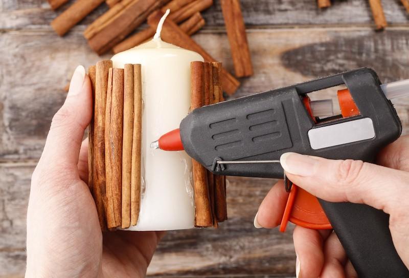 herbstdeko mit kerzen selber machen heißklebepistole