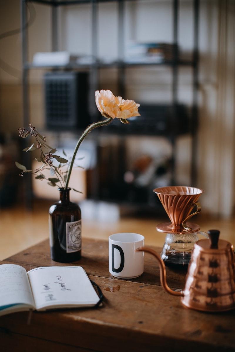 herbstdeko tisch mit kerzen kupfer wasserkessel für kaffee