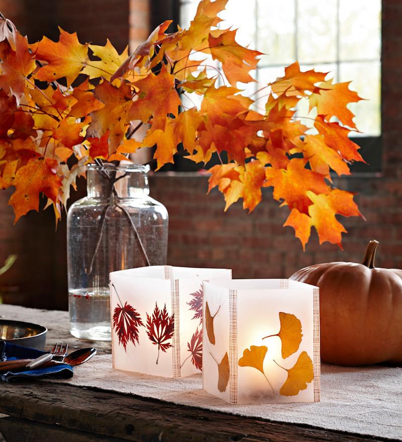 kreatives basteln mit kindern im herbst bastelideen herbst mit kindern laternen aus glas mit herbstblätter vase mit zweigen