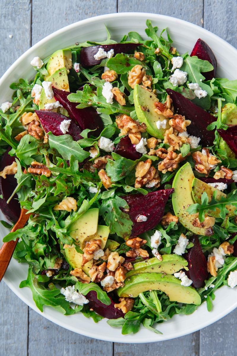 leichter herbstsalat zubereiten zum mittagessen mit avocado und rote beete