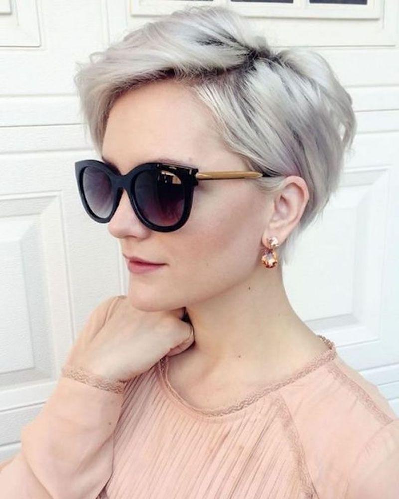 pixie cut für frauen ab 60 eine junge frau mit kurzem haar