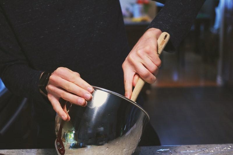 quarkölteig mit apfel eine frau vermengt teig mit schneebesen