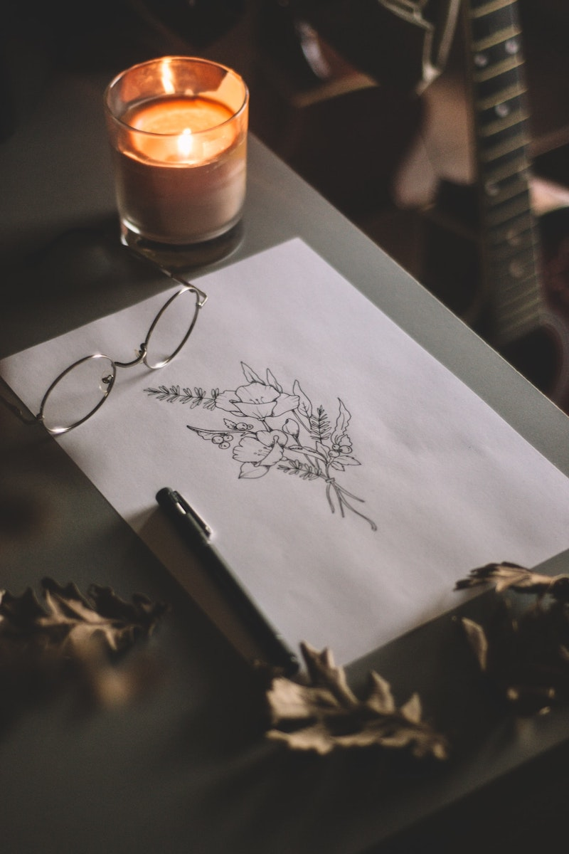 schnelle herbstdeko kerze basteln zeichnen und brille auf dem tisch