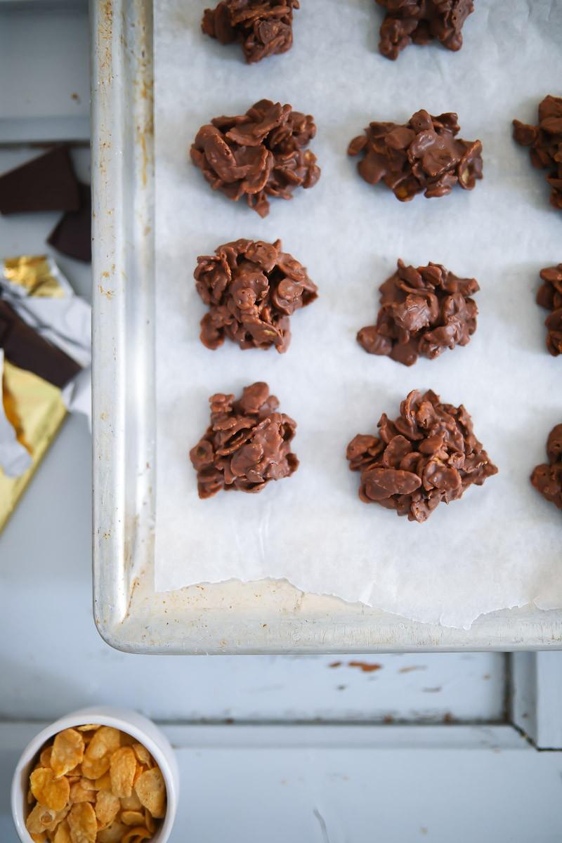 schoko crossies rezept mit cornflakes schoko crossies selber machen mit mandeln auf backblech legen